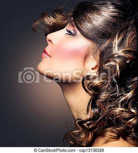 Un retrato de mujer bella. Pelo rizado. Chica morena - csp13136326
