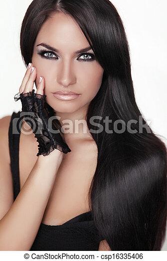 Hermosa morena. Cabello largo y saludable. Mujer modelo de belleza. Estilo de pelo. Chica Retrato aislada en un fondo blanco. - csp16335406