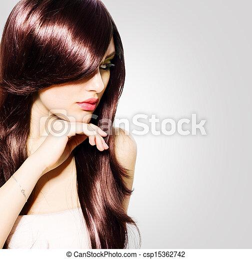 Pelo. Hermosa morena con cabello castaño saludable y largo - csp15362742