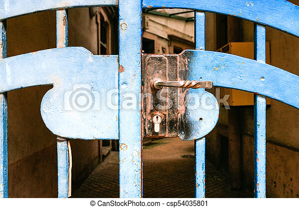 Cierre de mortero en las puertas cerradas del patio de la ciudad - csp54035801