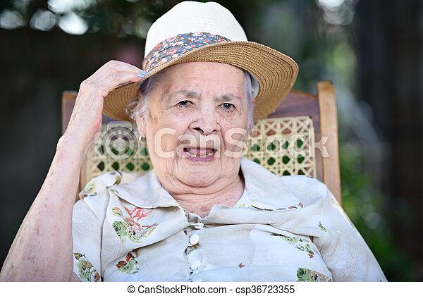 mosolygós, nagyanyó - csp36723355