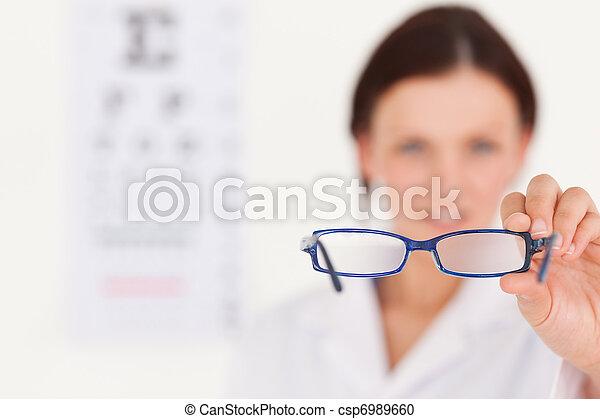 mostrando, obscurecido, oculista, óculos - csp6989660