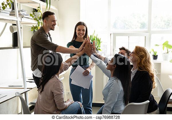 motivado, se siente, diverso, dar, alto, éxito, cinco, empresa / negocio, compañeros - csp76988728