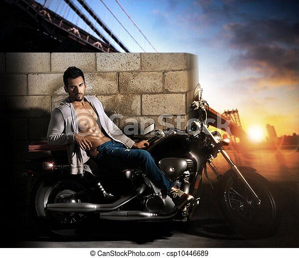 Hombre sexy en motocicleta - csp10446689