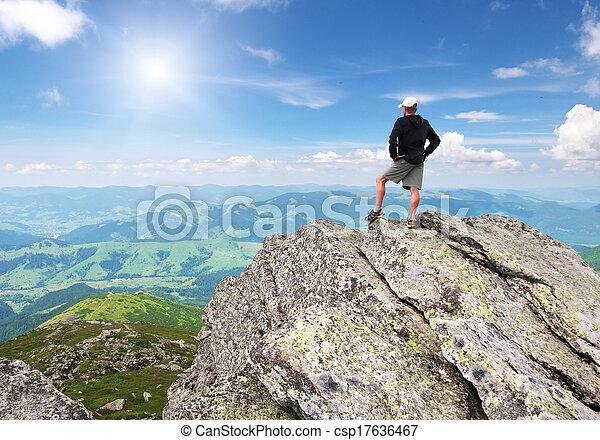 Mann auf Berggipfel. - csp17636467