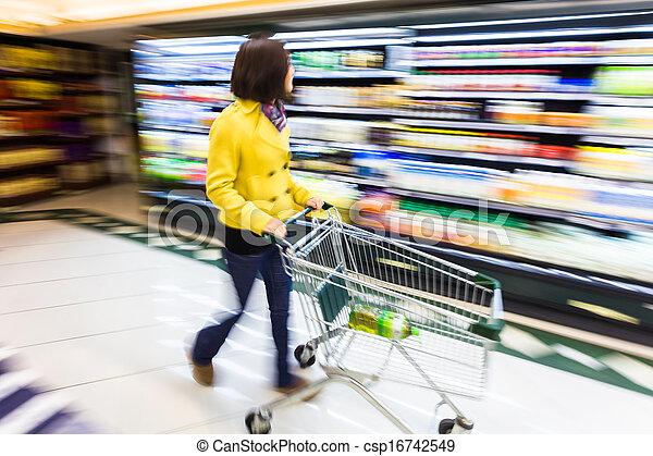 Mujer joven comprando en el supermercado, emocionalmente borrosa - csp16742549