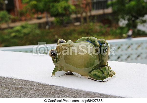 Muñeca de cerámica de rana - csp68427665