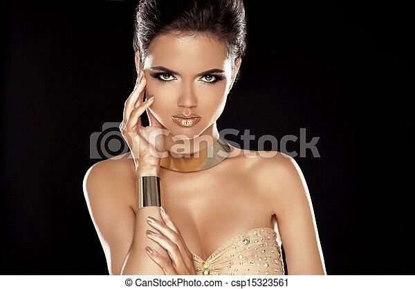 Estilo Vogue. Señora Glamour. La belleza de la moda con joyas doradas. Un retrato de mujer de lujo. - csp15323561