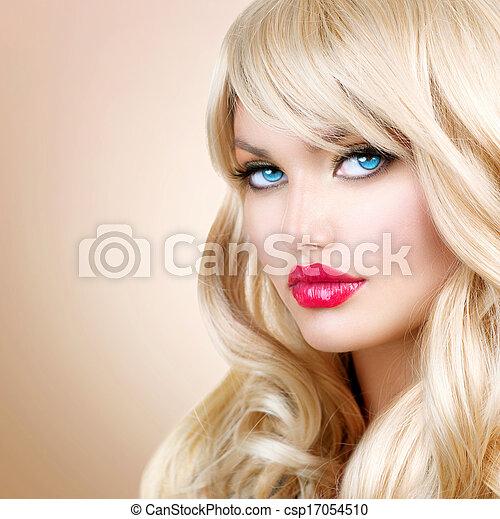 Retrato de mujer rubia. Hermosa chica rubia con el pelo largo ondulado - csp17054510