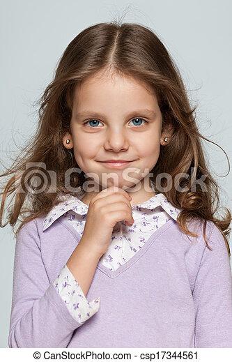 Una chica sonriente en el fondo gris - csp17344561