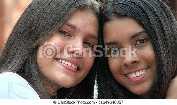 Hermosas adolescentes sonriendo diversidad - csp49646057
