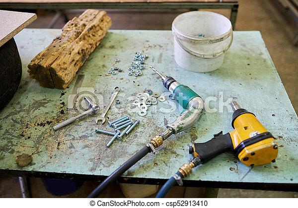 Muchas herramientas en la mesa. - csp52913410