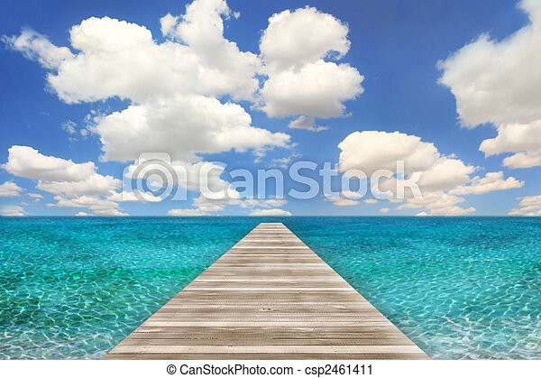 Escena de playa con muelle de madera - csp2461411