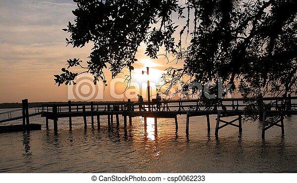 Sunset desde un muelle - csp0062233