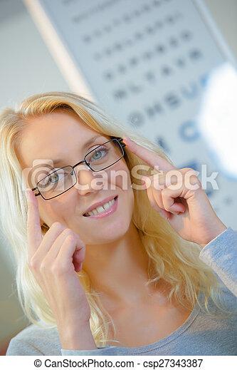 Mujer en los ópticos - csp27343387