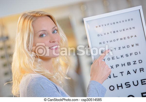 Mujer en los ópticos - csp30514585