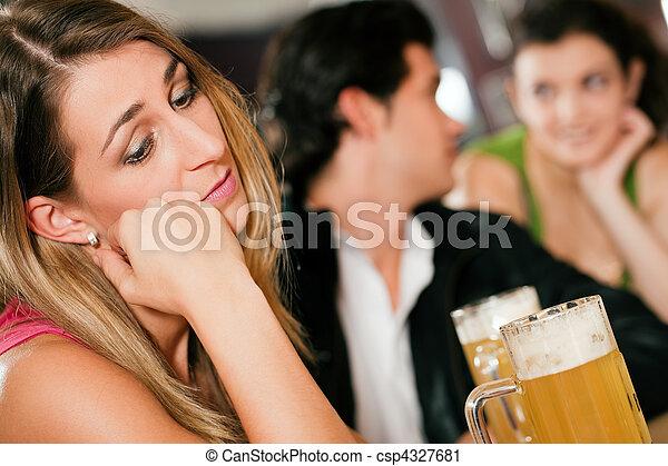 Gente en el bar, mujer abandonada y triste - csp4327681