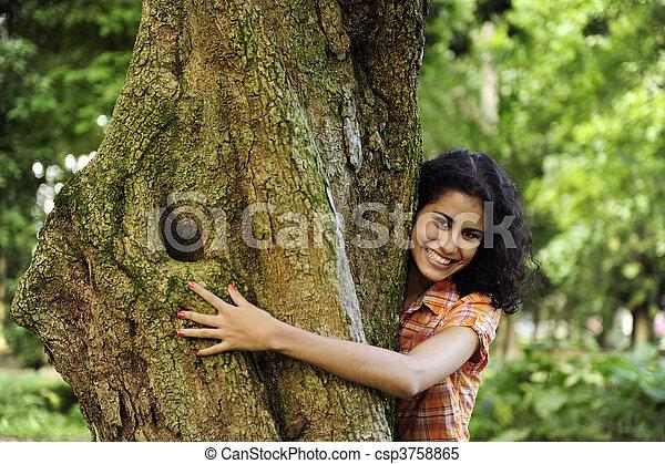 Enamorado de la naturaleza: mujer abrazando un árbol en el bosque - csp3758865