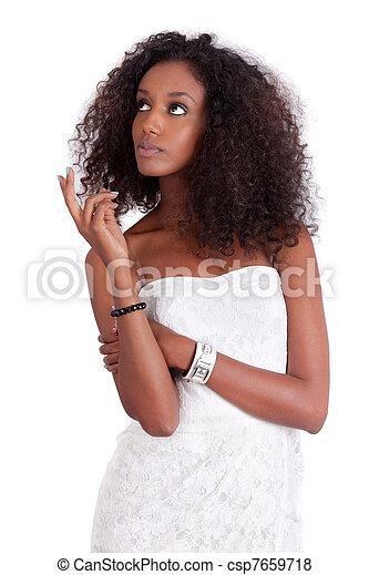 Joven africana americana mirando hacia arriba - csp7659718