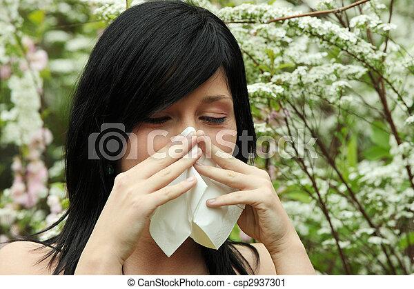 Mujer bonita estornudo - csp2937301