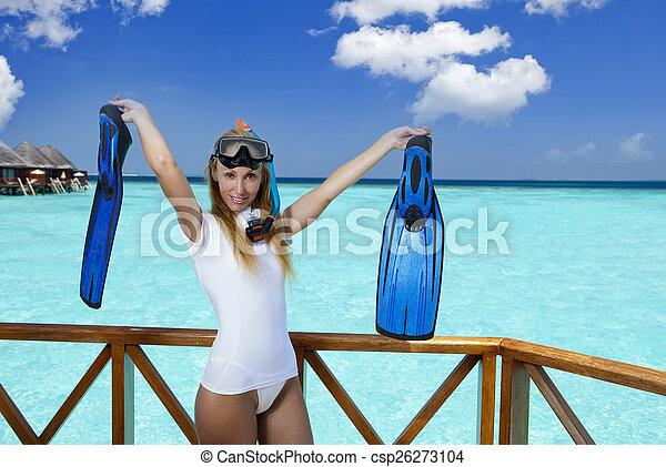 La joven mujer bonita en equipo para un snorkeling en la terraza sobre el mar. Maldivas - csp26273104