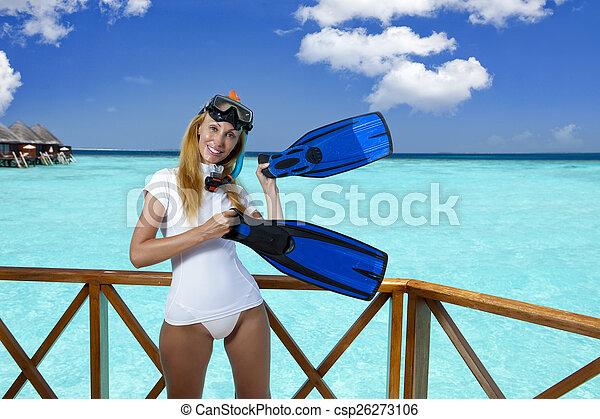 La joven mujer bonita en equipo para un snorkeling en la terraza sobre el mar. Maldivas - csp26273106