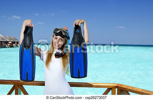 La joven mujer bonita en equipo para un snorkeling en la terraza sobre el mar. Maldivas - csp26273037