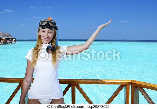 La joven mujer bonita en equipo para un snorkeling en la terraza sobre el mar. Maldivas - csp26273092