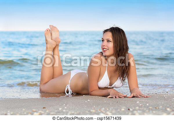 Una mujer muy sonriente - csp15671439