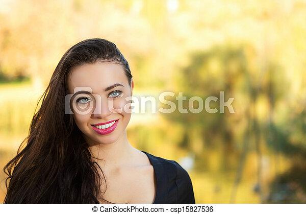 Una mujer muy sonriente - csp15827536