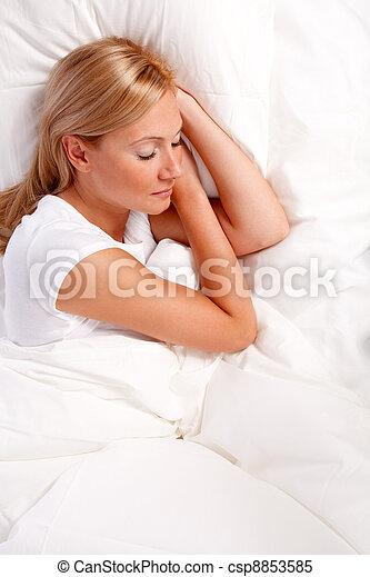 mujer, bed., joven - csp8853585