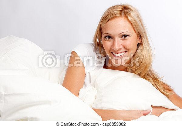 mujer, bed., joven - csp8853002