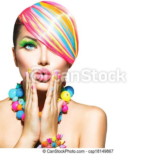 Mujer hermosa con maquillaje colorido, cabello, uñas y accesorios - csp18149867