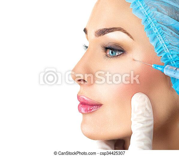 La mujer bella recibe inyecciones faciales. Cosmetología - csp34425307