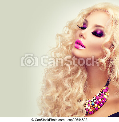 Una belleza con el pelo largo y largo y rizado. Retrato de mujer rubia - csp32644803