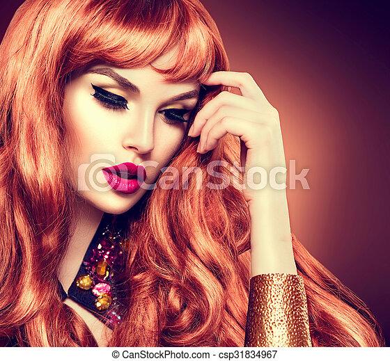 Retrato de mujer hermosa. Cabello rizado largo y saludable - csp31834967
