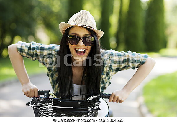 Mujer feliz con bicicleta - csp13004555