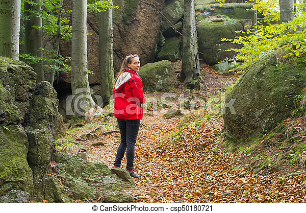 Una mujer caminando en el bosque - csp50180721