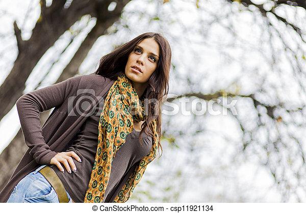 Joven en el bosque - csp11921134