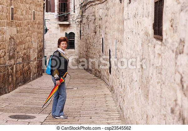 Feliz mujer caucásica senior viajando por las calles de Jerusa - csp23545562