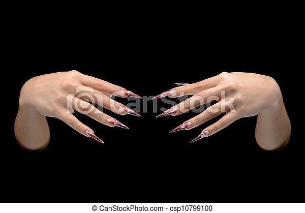 El primer plano de la mano de la joven mujer manicura de uñas largas - csp10799100