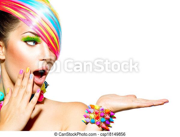 Mujer hermosa con maquillaje colorido, cabello, uñas y accesorios - csp18149856
