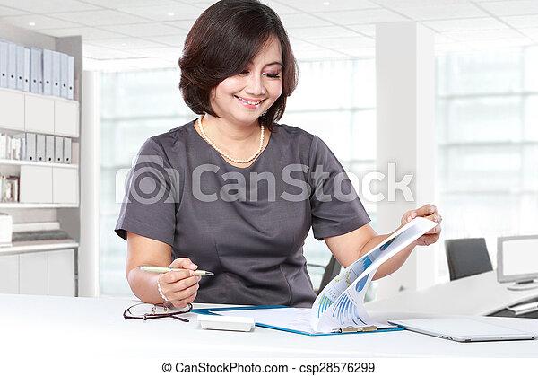 Mujer de negocios trabajando en la oficina - csp28576299