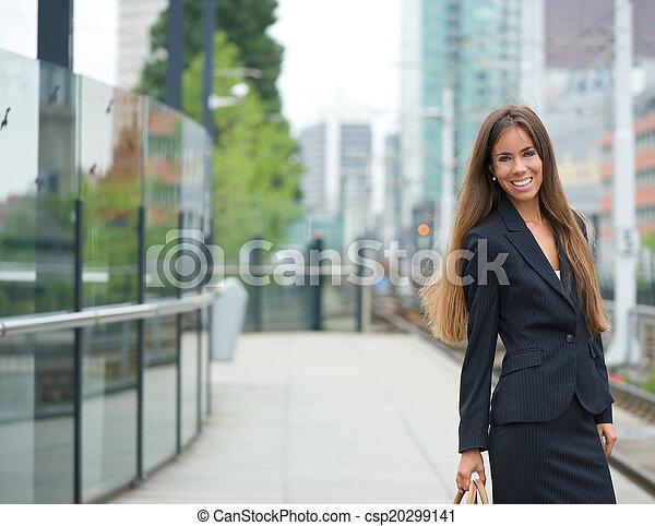 Mujer de negocios sonriente en la estación de tren - csp20299141