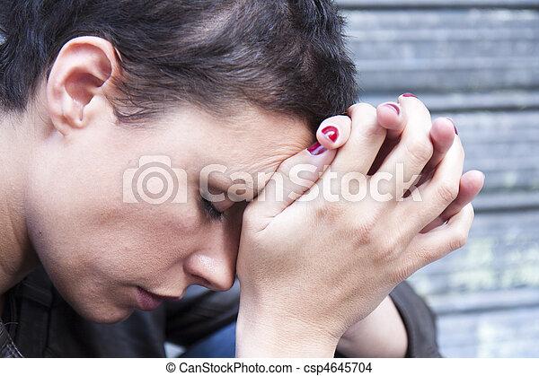 Mujer joven con dolor - csp4645704