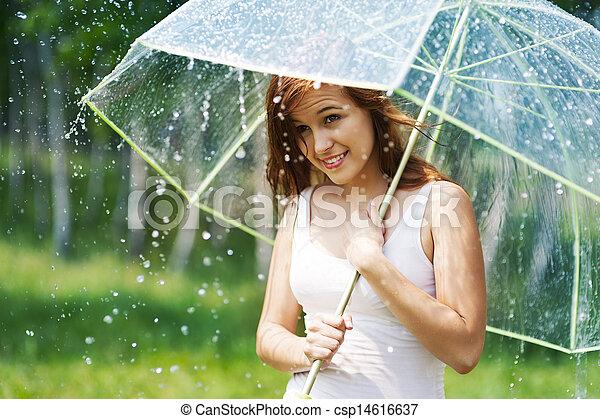 Hermosa mujer con paraguas durante la lluvia - csp14616637