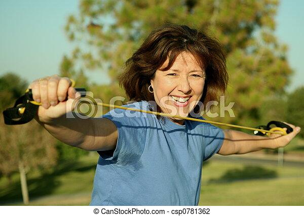 Mujer haciendo ejercicio - csp0781362