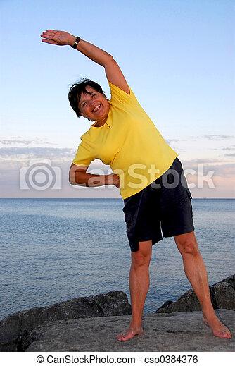 Una mujer madura haciendo ejercicio - csp0384376