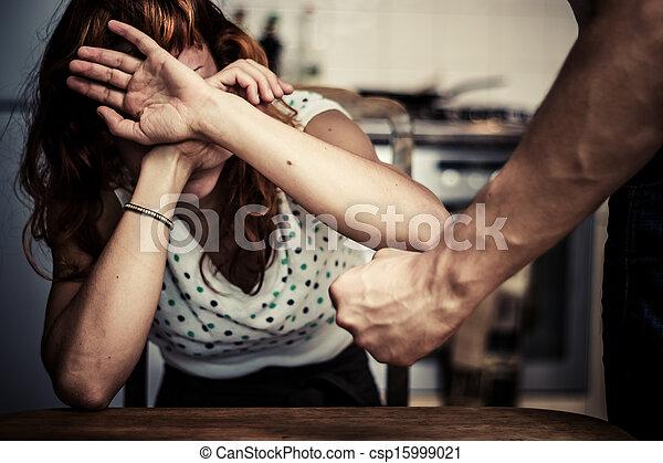 La mujer se cubre con miedo a la violencia doméstica - csp15999021