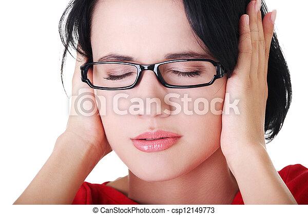 Una joven frustrada sosteniendo sus orejas - csp12149773